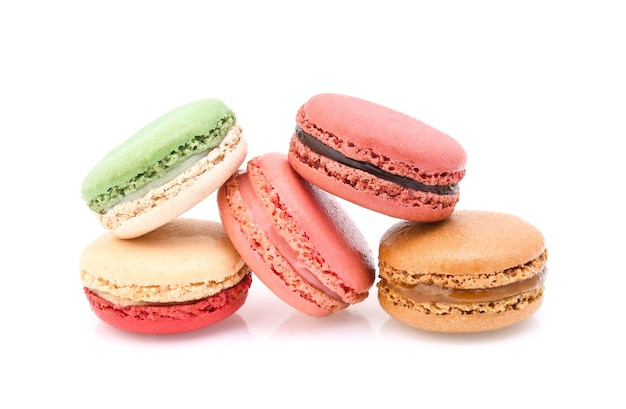 Amaretti francesi dolci e colorati su sfondo bianco
