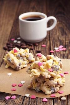 Biscotti dolci con cioccolato bianco e caffè