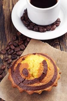 Bigné dolce con cioccolato e tazza di caffè closeup