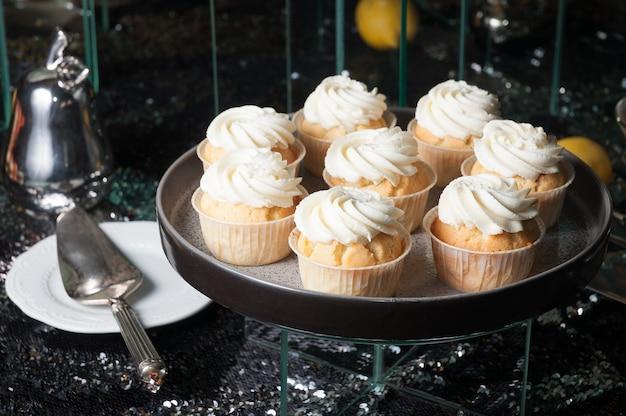 Cupcakes dolci con crema proteica su uno sfondo scuro