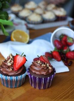 Cupcakes dolci con fragole e cremoso al cioccolato