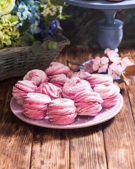 Dolci marshmallow da dessert, decorati con fiori di zucchero