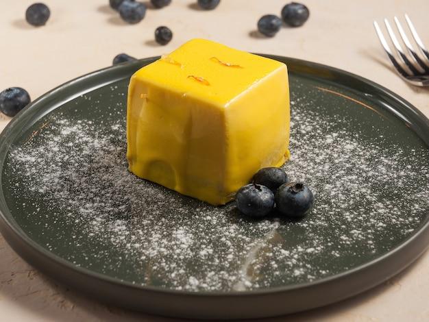 Dessert dolce il loro mango in glassa decorato con mirtilli