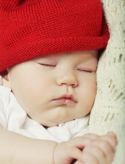 Il dolce sogno del bambino con il cappello rosso