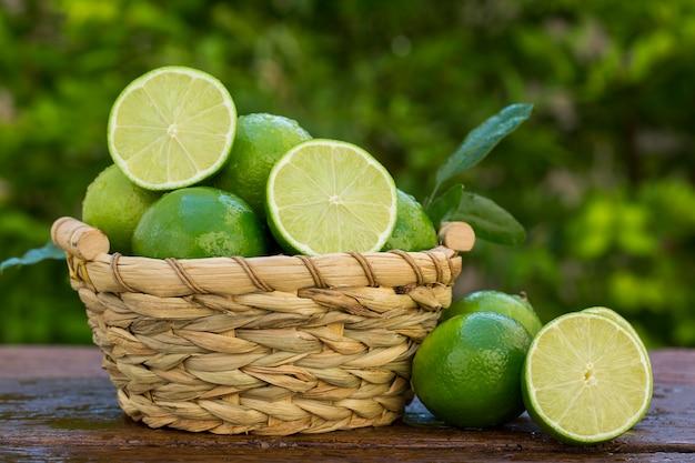 Dolce limone fresco alla luce naturale su legno vecchio