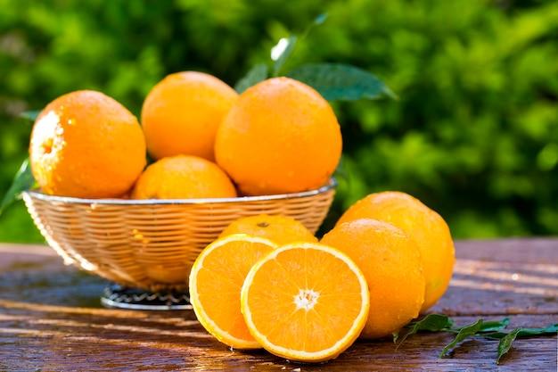 Arance fresche dolci alla luce naturale su legno vecchio