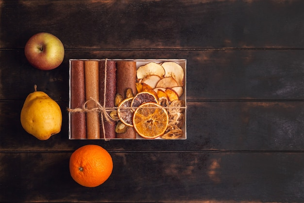 Snack dolci alla frutta in confezione regalo - pastiglie e frutta secca.