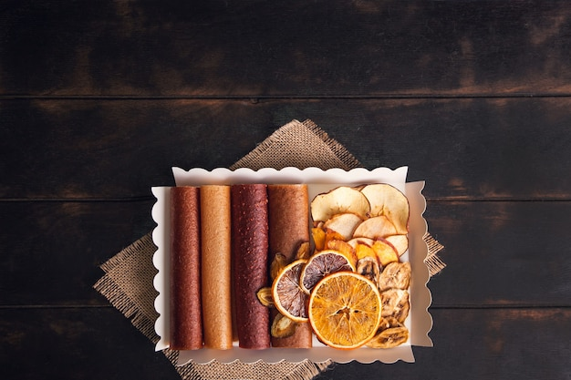 Spuntini dolci di frutta in un pacchetto - pastiglie e frutta secca. caramelle alla frutta, senza zucchero, alimentazione sana
