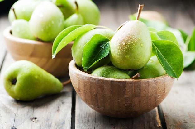 Pere verdi dolci sulla tavola di legno