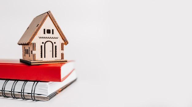 Dolce casa. stima e pagamento dell'imposta sulla casa. mock up con casa rossa, blocco note e adesivo