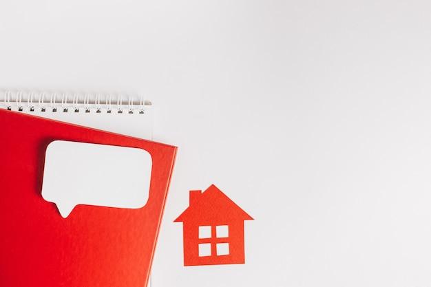 Dolce casa. stima e pagamento delle tasse di casa. mock up con casa rossa, blocco note e adesivo