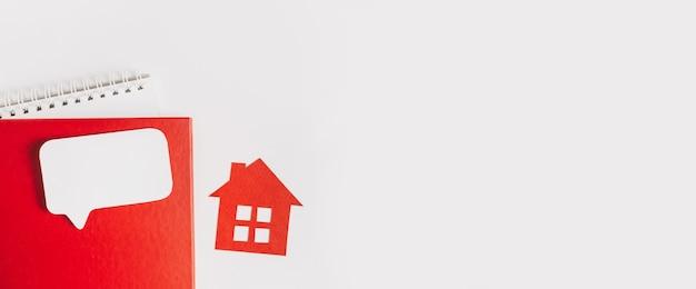 Dolce casa. stima e pagamento dell'imposta sulla casa. casa rossa, blocco note e adesivo