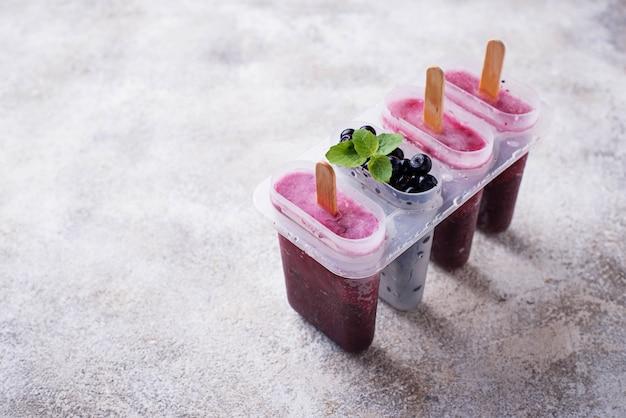 Dolci ghiaccioli fatti in casa con mirtilli