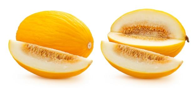 Melone di melata dolce isolato sulla parete bianca