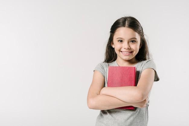 Junior dolce con libro in studio