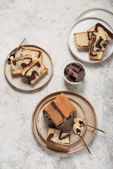 Dolce torta di marmo con cioccolato sulla luce, vista dall'alto in basso