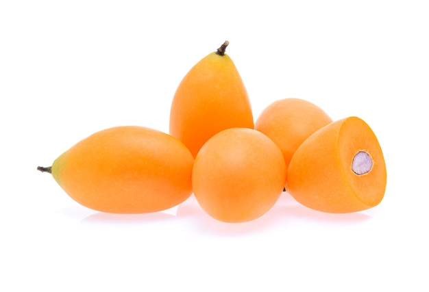Dolce prugna mariana frutto tailandese isolato su bianco (mayongchid maprang marian plum and plum mango, thailandia)