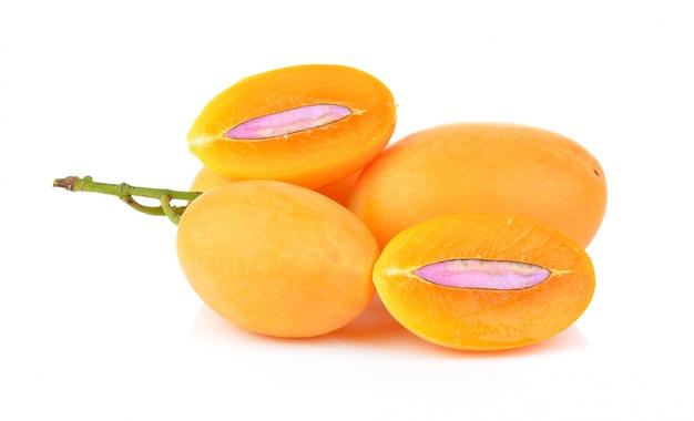 Frutta tailandese della prugna mariana dolce isolata