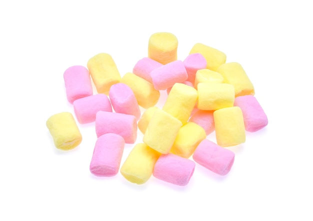 Marshmallow dolce isolato su sfondo bianco