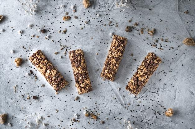 Dolce fitness naturale bar con noci e cereali su uno sfondo grigio