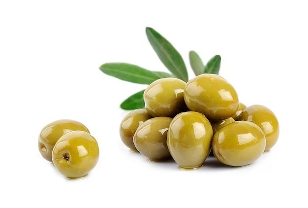 Frutti di olive dolci isolati su bianco