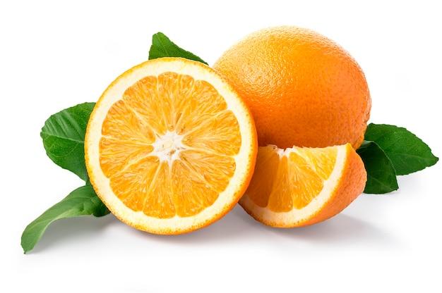Frutta arancione dolce con foglie su bianco