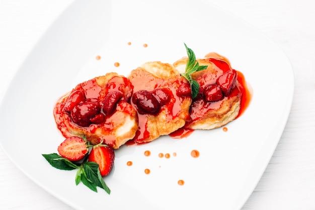 Dessert dolce frittella con marmellata di fragole