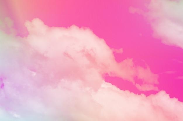 La nuvola e il cielo colorati pastello dolci con il sole si accendono