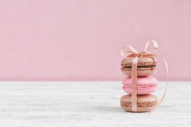Amaretti francesi pastello dolci. amaretti al caffè, cioccolato, vaniglia e lampone, tono vintage