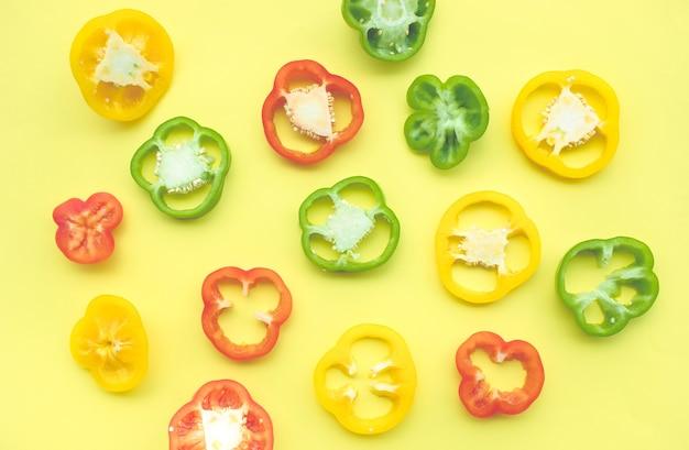 Peperone dolce o peperone e peperoncino tagliato a fette