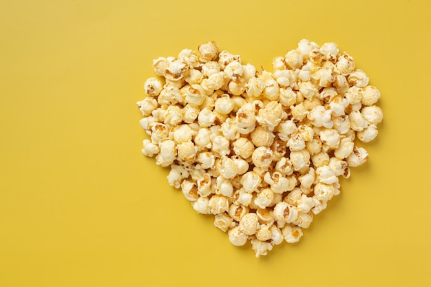 Popcorn dolce su sfondo giallo