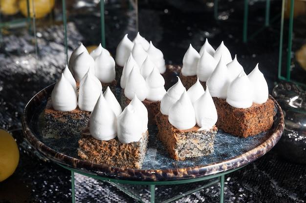 Torta dolce ai semi di papavero con crema proteica su sfondo scuro