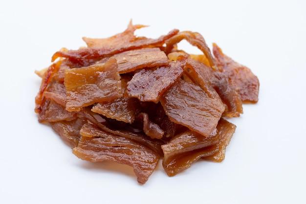 Carne di maiale dolce o carne di maiale a scatti su sfondo bianco