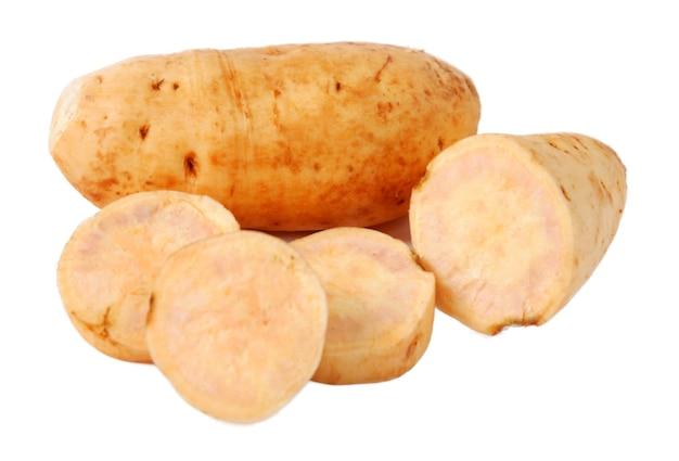 Patata dolce. isolato su uno sfondo bianco.