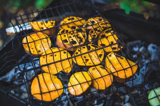 Le fette di patate dolci sono grigliate