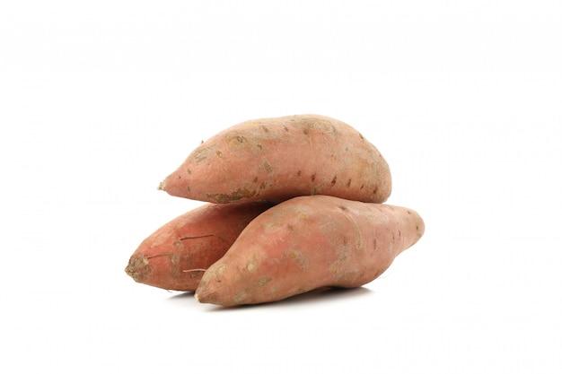 Patate dolci isolate su superficie bianca. verdure