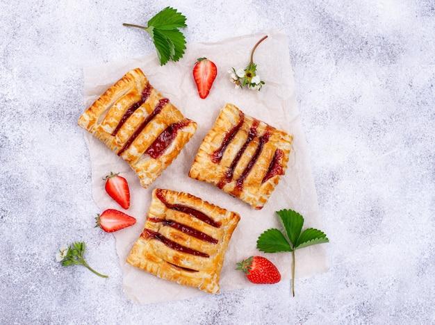 Torte dolci di pasta sfoglia con fragole