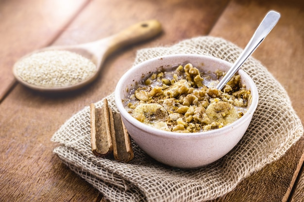 Porridge di quinoa dolce con frutta e cannella. prodotto senza latte, senza lattosio