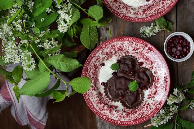 Ravioli dolci di farina di amarene con ricotta e frutti di bosco a colazione