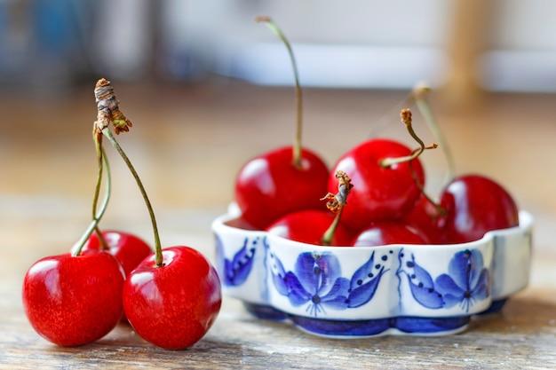 Dolce rosso ciliegia su un vecchio tavolo di legno