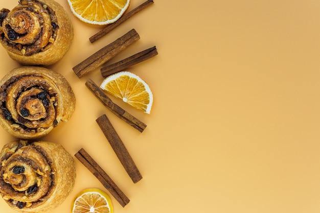 Panini dolci su uno sfondo arancione
