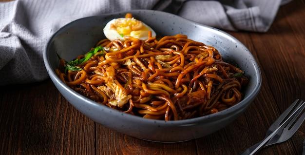 Spaghetti di grano in agrodolce, pollo alla griglia, cavolo cinese, carote, peperoni, ananas, uova, porri, nori.