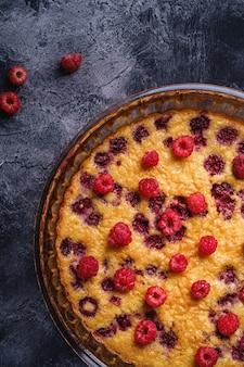 Torta dolce gustosa con frutti di lampone in gelatina e freschi in teglia