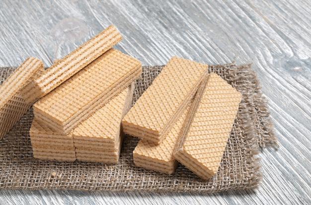 Cialde dolci su una tela da imballaggio sulla tavola di legno