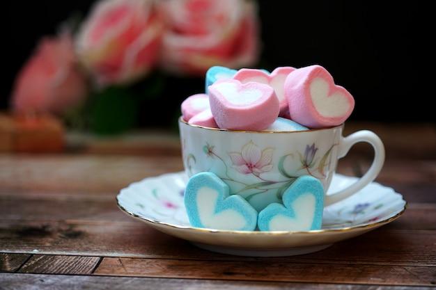 Caramelle innamorate in una tazza d'amore per san valentino