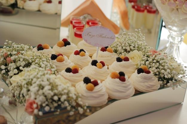 Dolci in un bar di caramelle a una celebrazione del matrimonio