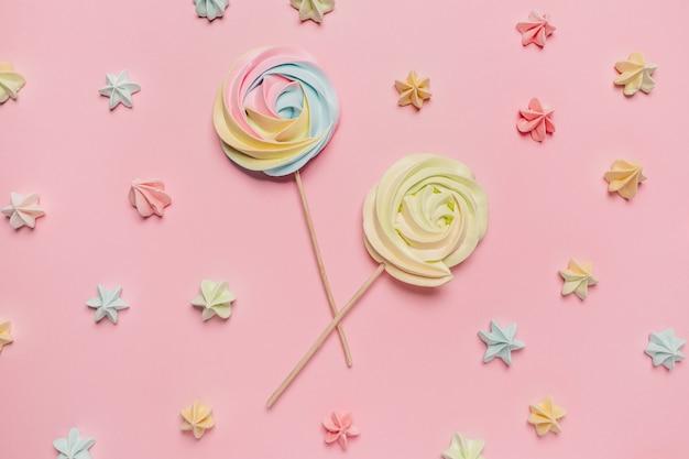 Dolci e caramelle su sfondo rosa, amore e concetto di san valentino