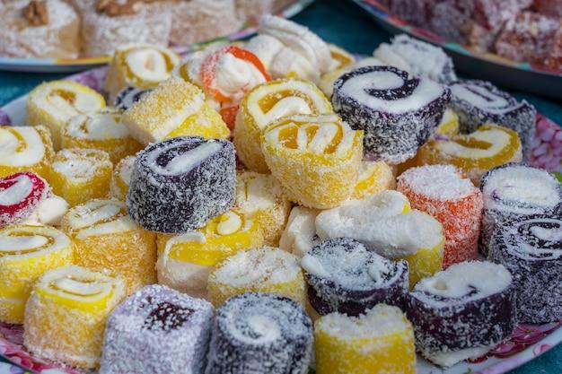 Marmellata di dolci, delizia turca, pasticceria multicolore brillante, turchia. avvicinamento