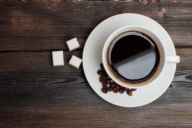 Dolci sul tavolo biscotti biscotti di panpepato una tazza di caffè