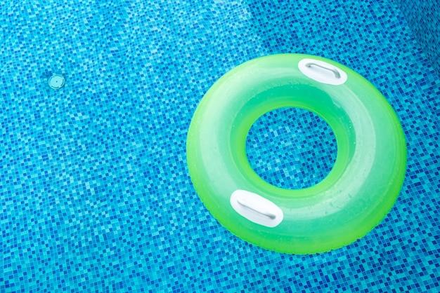 Anello di nuotata in piscina blu